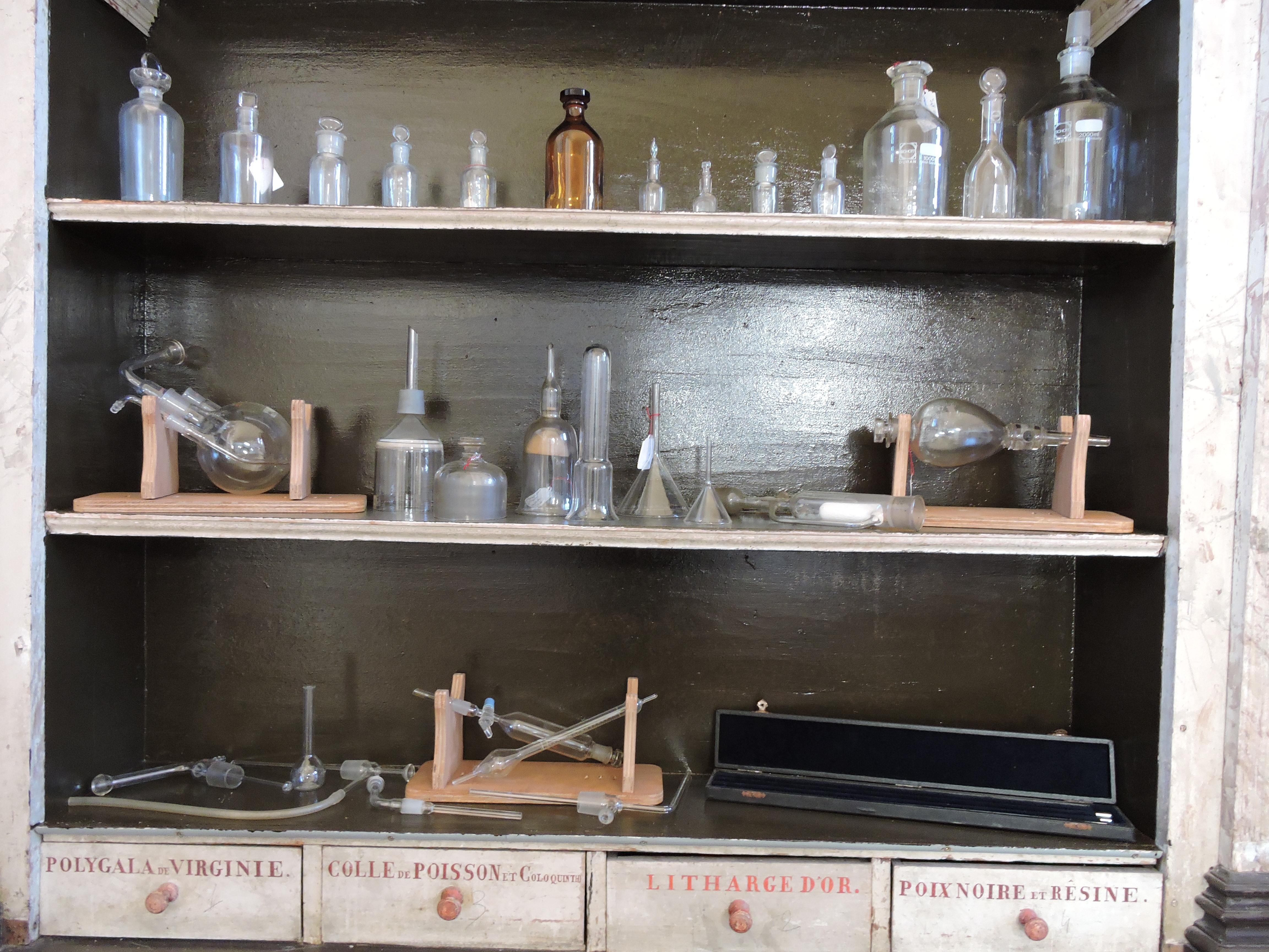 Salle du Père Eternel: l'armoire d'apothicairerie et son exposition de verrerie biologique