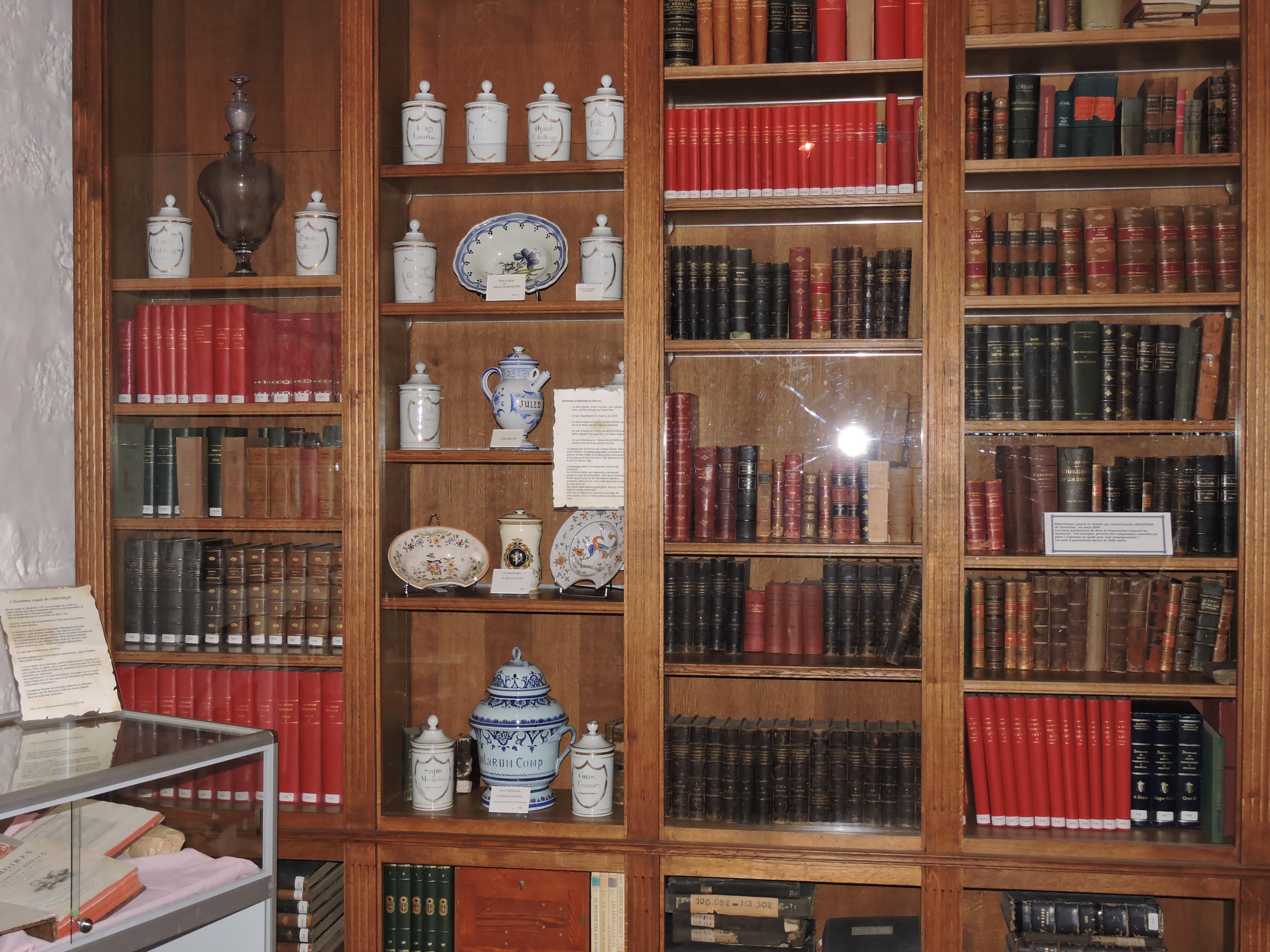 La salle Hippocrate: les ouvrages et les éléments en faïence